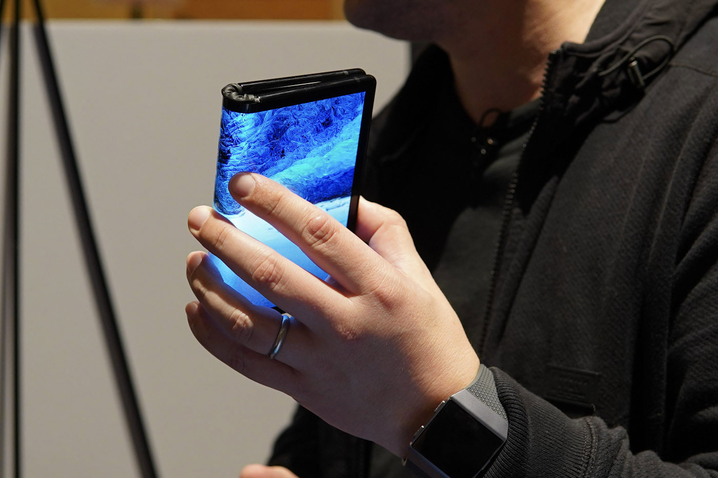 Un appareil mobile avec un écran pliable